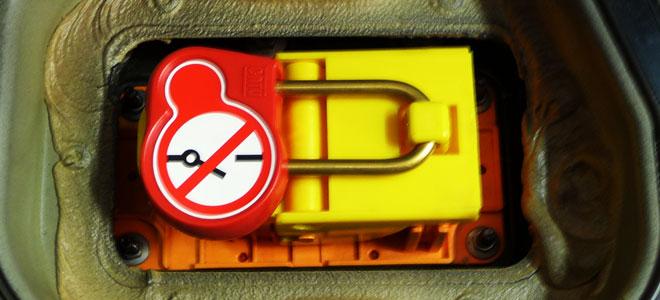 Ein Schloss sichert die getrennte Hochvoltbatterie.