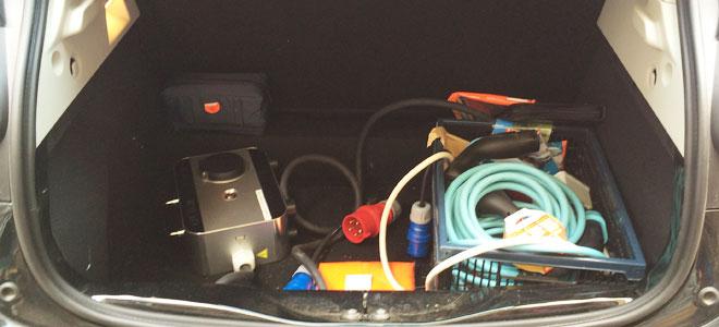 Ladekabel, Adapter und mobile Wallbox sorgen für Unordnung im Kofferraum.