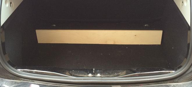Alles beginnt mit einem Brett an der Akkurückwand im Kofferraum