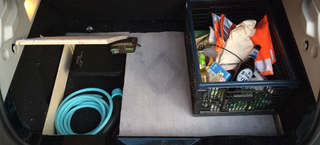 Das Typ2 Ladekabel, Verbandskasten und Ladekartenmappe sind jetzt immer Griffbereit.